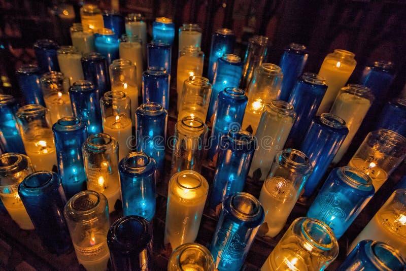 在罗马天主教堂的祷告蜡烛 免版税图库摄影