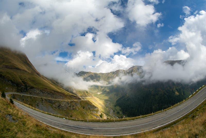在罗马尼亚喀尔巴阡山脉的Fagaras山的Transfagarasan路 免版税库存照片
