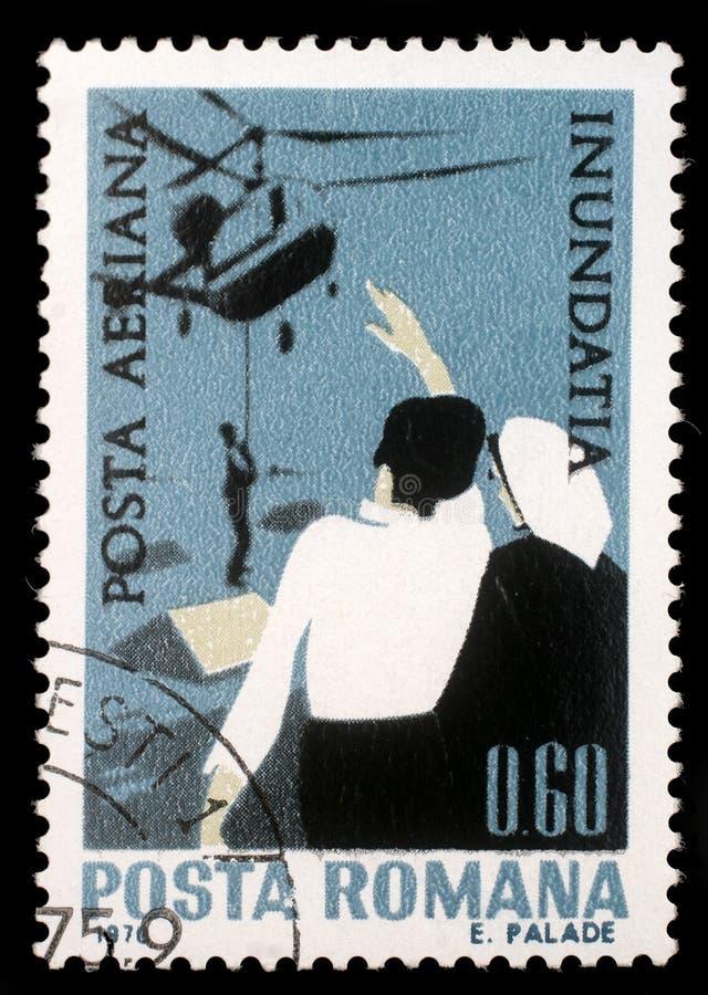 在罗马尼亚展示抢救打印的邮票乘直升机,多瑙河水灾受害者的境况 库存照片