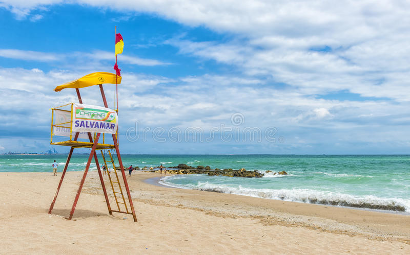 在罗马尼亚海滩的老救生员塔黑海 免版税图库摄影