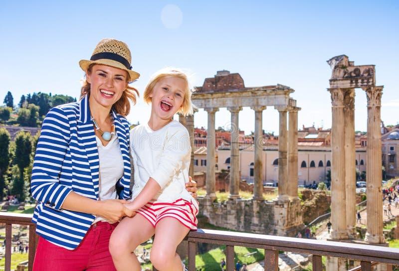 在罗马广场前面的微笑的母亲和儿童游人 免版税库存图片