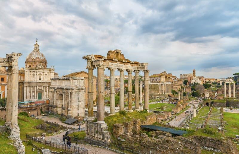 在罗马广场和罗马斗兽场(大剧场, Colosseo)上的剧烈的天空在日落时间 库存图片