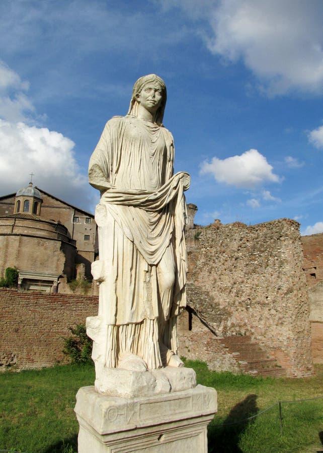 在罗马广场废墟的雕象在罗马 图库摄影