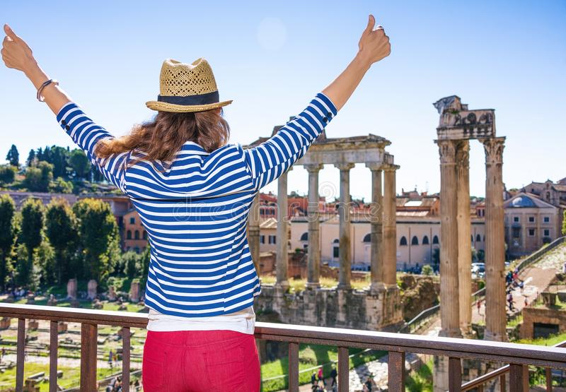 在罗马广场附近的年轻旅游妇女在罗马,意大利欣喜 免版税库存照片
