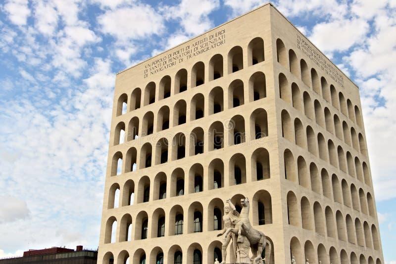 在罗马建造的意大利文明宫殿EUR Fendi exhibiti 免版税库存照片