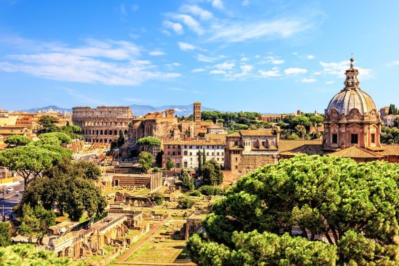 在罗马斗兽场、Santi路卡e马丁纳角和皇家论坛的看法从Vittoriano在罗马 库存图片