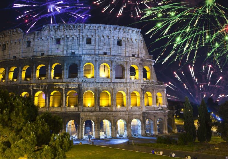 在罗马的庆祝的collosseo烟花意大利 意大利 罗马 免版税库存图片