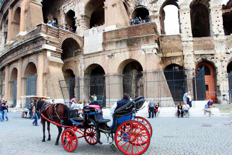 在罗马罗马斗兽场前面的四转动支架 免版税库存照片