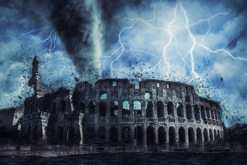 在罗马街道的Colloseum在重的风暴、雨和照明设备期间在意大利 免版税库存图片