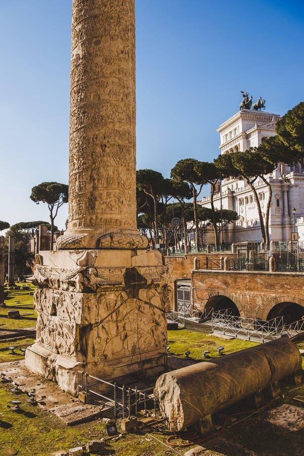 在罗马论坛废墟附近的Trajans专栏, 图库摄影
