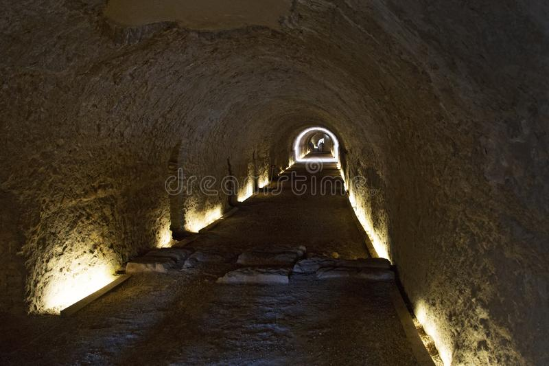 在罗马马戏下的隧道在塔拉贡纳,加泰罗尼亚,西班牙 库存照片