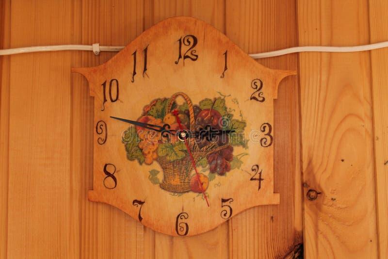 在羊毛墙壁上的葡萄酒手工制造时钟 免版税图库摄影
