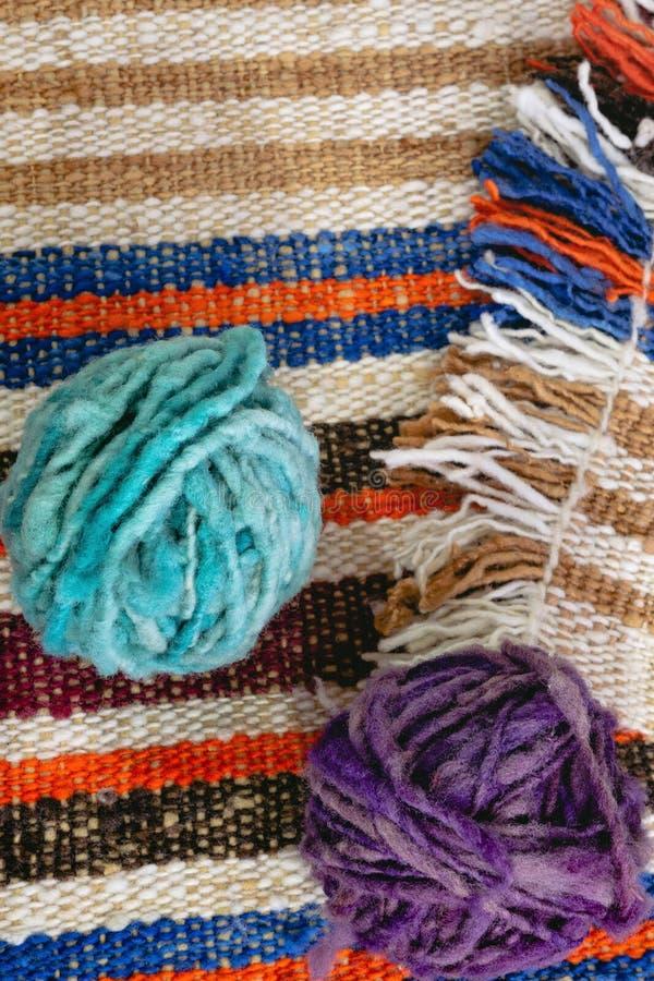 在羊毛毯子的羊毛球 免版税图库摄影