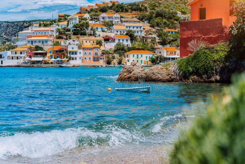 在美丽如画的海岸Assos村庄地中海,希腊附近的美丽的航行游艇 在希腊语的暑假 库存照片