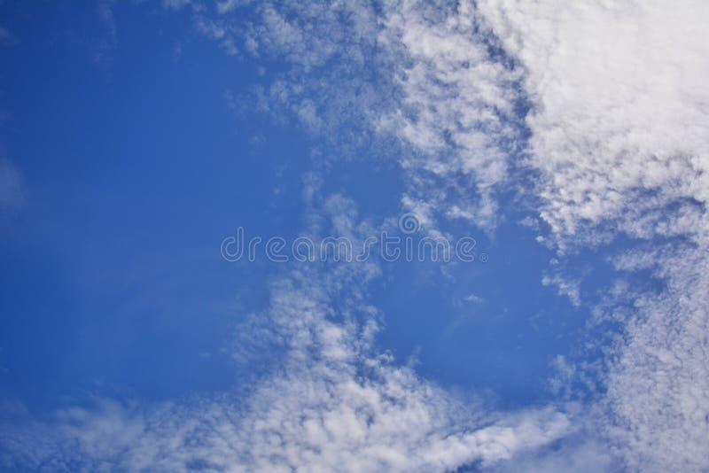 在美丽的下午天空的白色云彩 免版税库存照片