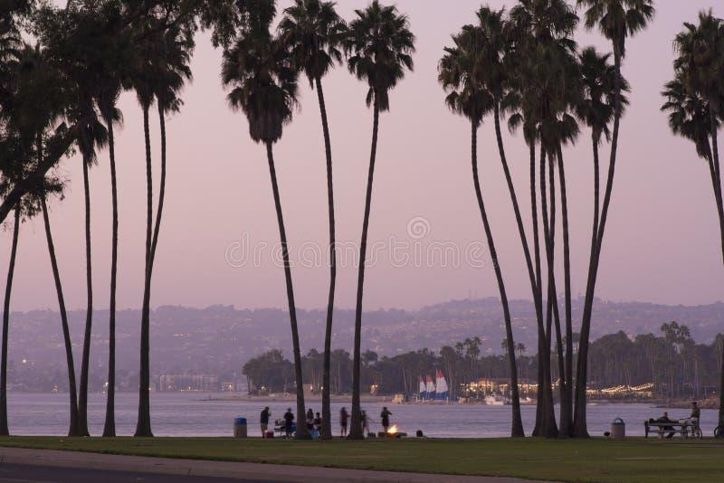 在美丽的使命海湾的日落野餐在圣地亚哥 免版税库存照片