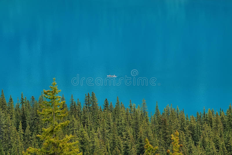 在美丽的冰碛湖的划船 免版税库存图片