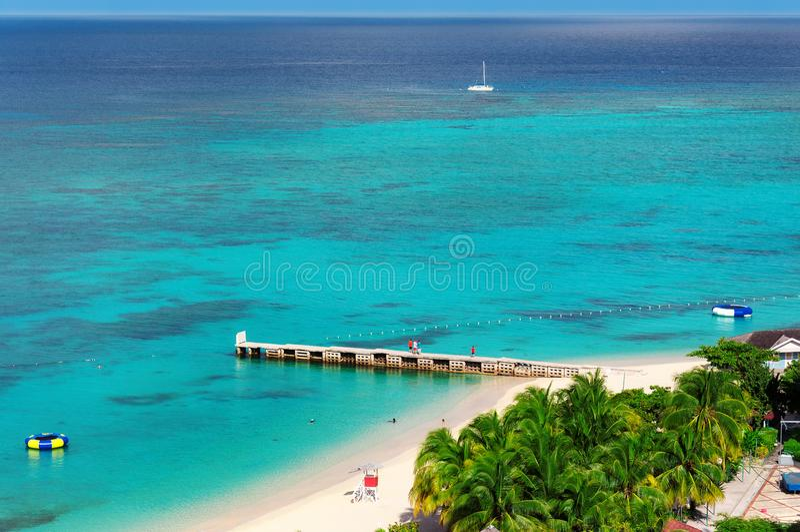 在美丽的加勒比海滩和码头的鸟瞰图在蒙特哥贝,牙买加海岛 库存照片