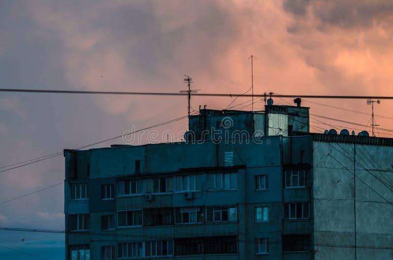 在美丽的大橙色日落天空的居民住房 免版税库存照片
