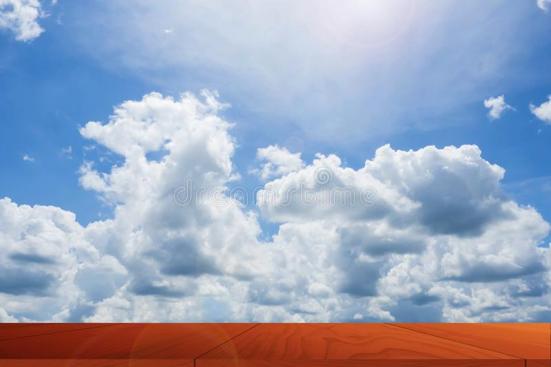 在美丽的天空的木纹理 图库摄影
