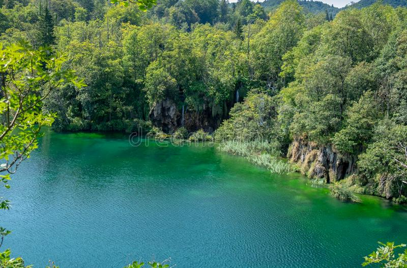 在美丽的天蓝色的湖的鸟瞰图Plitvice湖国立公园的 库存照片