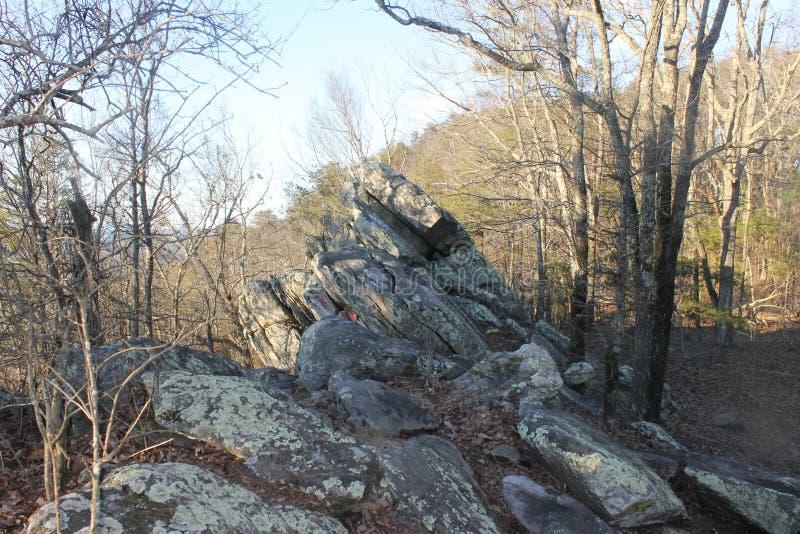 在美丽的山的大岩石 免版税库存图片