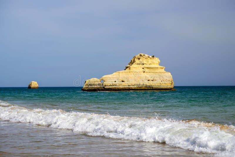 在美丽的峭壁的看法在阿尔加威 海滩Careanosy在波尔蒂芒 假期在葡萄牙 库存照片