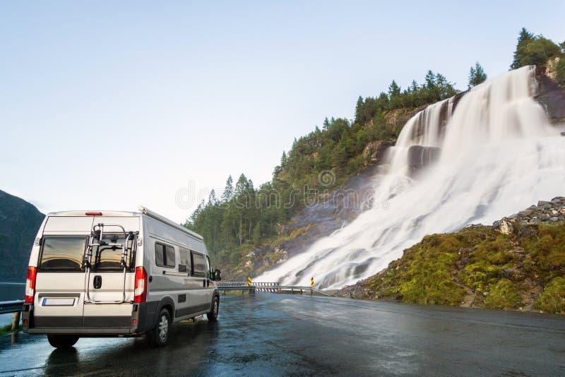 在美丽的巨大的瀑布的野营的搬运车 在路的惊人的大瀑布 挪威 免版税库存照片
