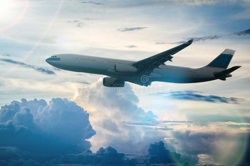 在美丽的平面飞行在天空 免版税库存照片