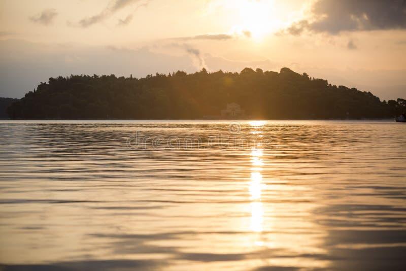 在美丽的房子的日落在Madouri,莱夫卡斯州,希腊 库存照片