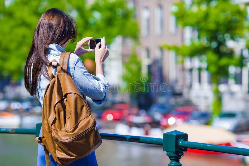 在美丽的景色的少妇旅游采取的照片 免版税库存照片