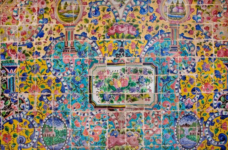在美丽的波斯人Golestan宫殿一个粉碎的瓦片的花卉样式  免版税库存照片