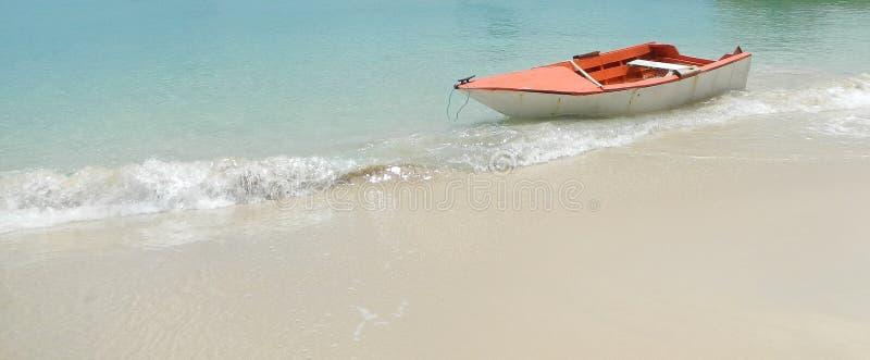 在美丽的海滩的木小船 库存照片
