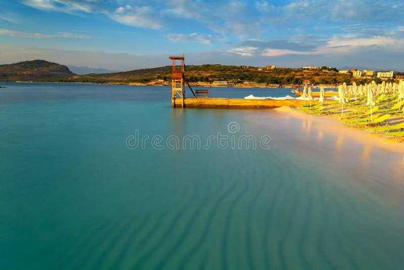 在美丽的海滩的看法在日落期间在Ksamil,阿尔巴尼亚,长的曝光 免版税库存照片