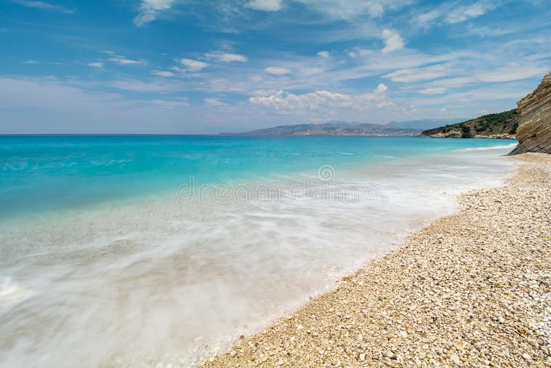 在美丽的海滩的看法在Ksamil,阿尔巴尼亚,长的曝光 库存图片