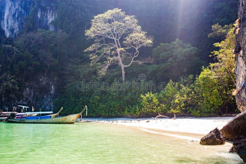 在美丽的海滩酸值洪海岛,泰国上的longtail小船 免版税库存照片