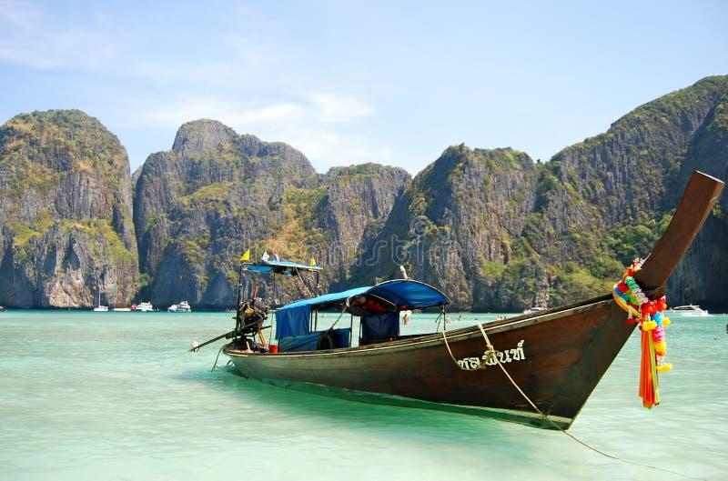 在美丽的海滩的Longtale小船 库存图片