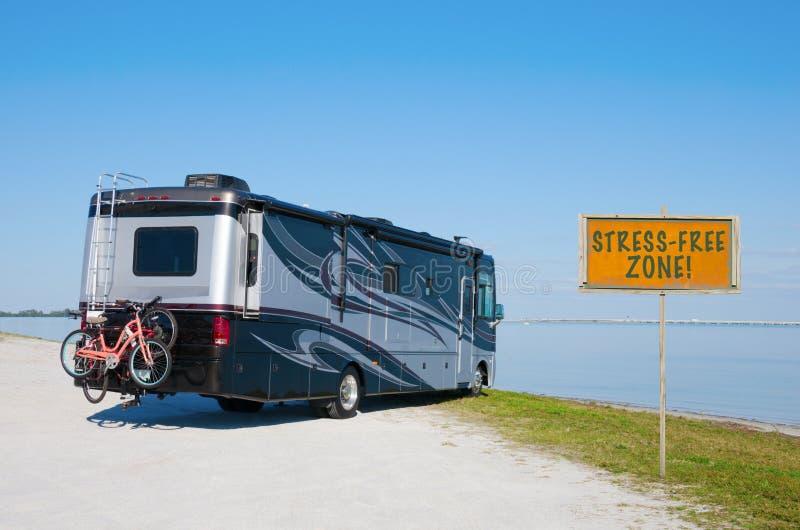 在美丽的海滩的RV与重音自由区!标志 免版税图库摄影