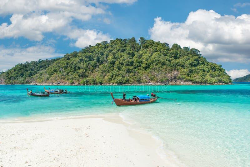 在美丽的海滩,泰国的Longtale小船 免版税库存图片