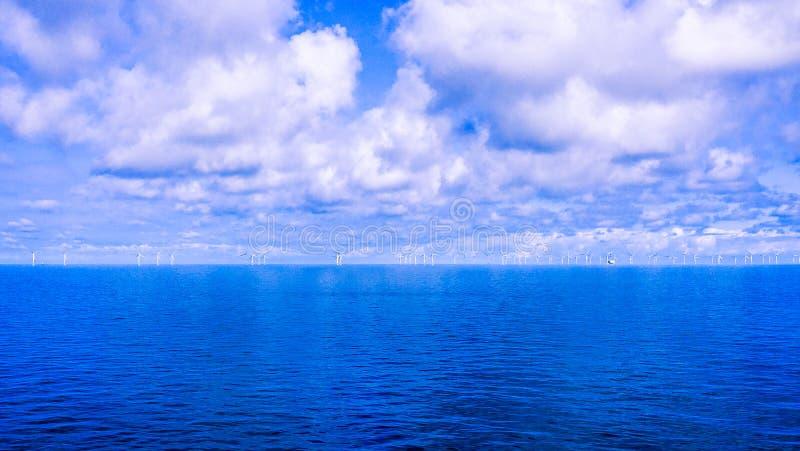 在美丽的清楚的波罗的海的天际的风车 免版税图库摄影