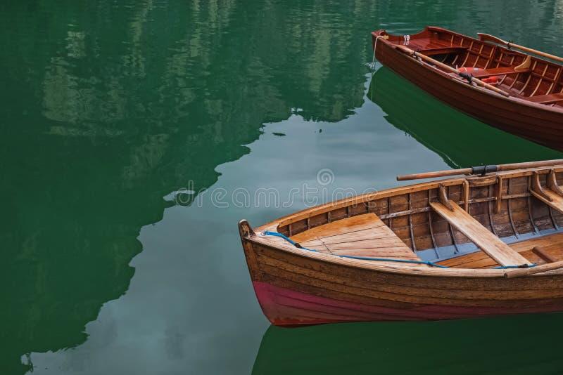 在美丽的湖的木小船 免版税库存图片