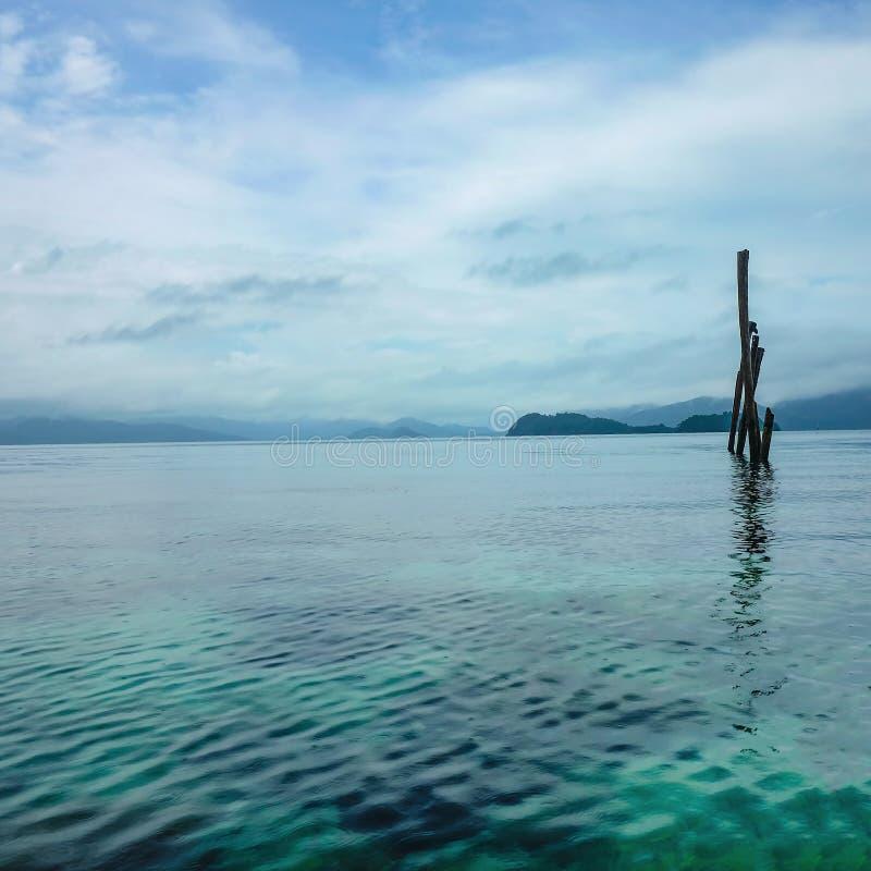 在美丽的田园诗海洋的减速火箭和地方木棍子水平面米在酸值Wai海岛桐艾府泰国附近 图库摄影