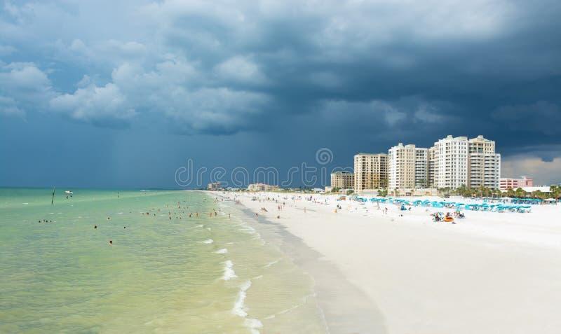 在美丽的白色沙滩的雷暴在佛罗里达 免版税库存图片