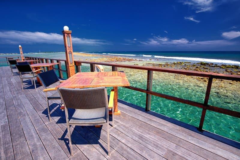 在美丽的盐水湖上的餐馆在热带海岛,马尔代夫上 库存照片