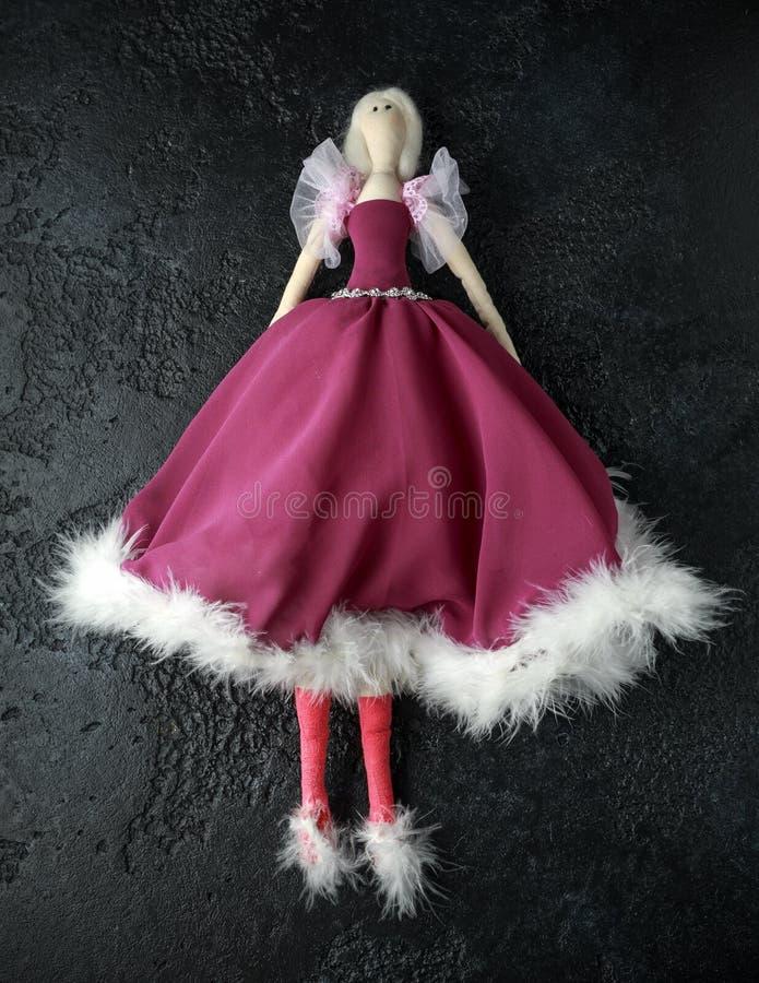 在美丽的礼服的手工制造玩偶tilda有白发的 免版税库存图片
