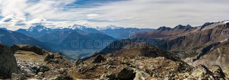 在美丽的秋天阿尔卑斯的全景 免版税库存图片