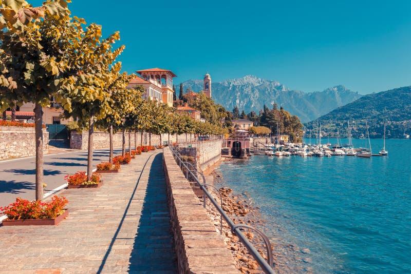 在美丽的科莫湖在Tremezzina,伦巴第,意大利的全景风景 有传统房子和清楚的蓝色的风景小镇 库存图片