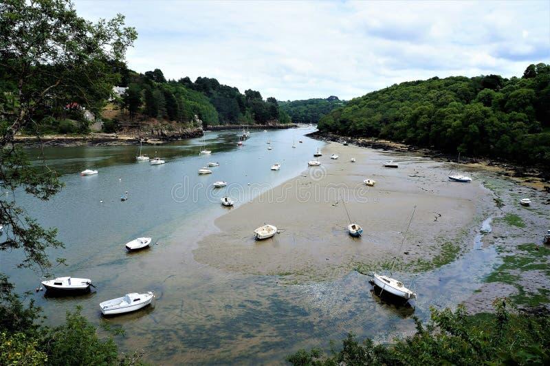 在美丽的自然河Leguer的搁浅的小船在拉尼翁附近在布里坦尼法国 免版税库存图片