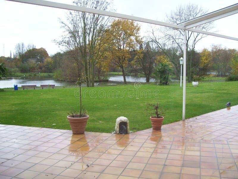 在美丽的草坪后的河流程在德国 库存图片