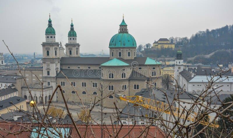 在美丽的萨尔茨堡城堡附近的建筑工作 图库摄影